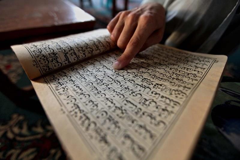 Muzułmanin czyta Koran w trakcie świętowania ramadanu /BILAWAL ARBAB /PAP/EPA