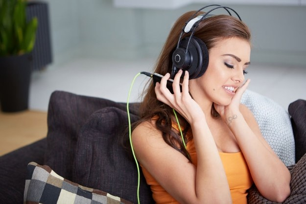 Muzyki słuchamy zdecydowanie zbyt głośno /©123RF/PICSEL