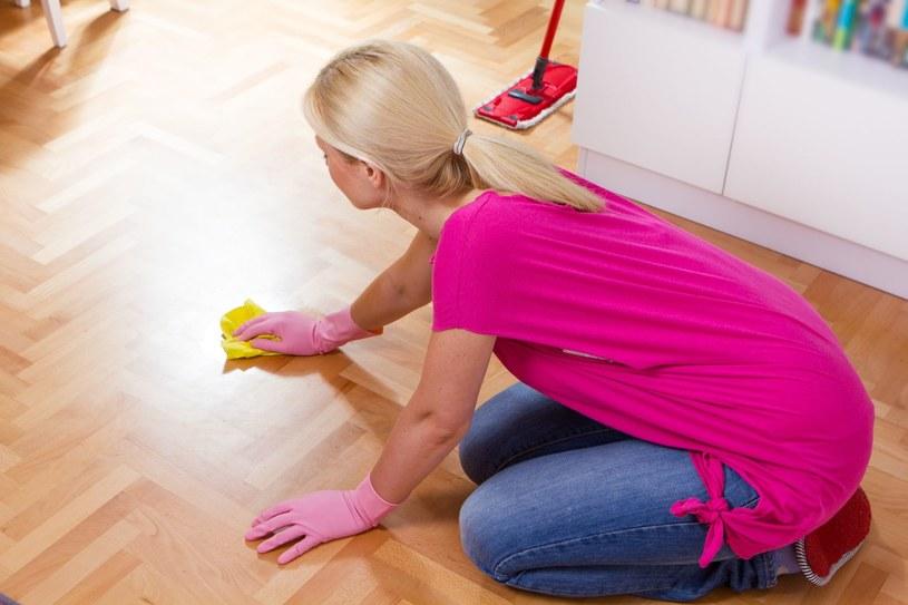 Mycie podłóg wcale nie wymaga drogich detergentów /123RF/PICSEL