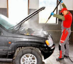 Mycie silnika to popularny sposób ukrywania wycieków /Auto Moto