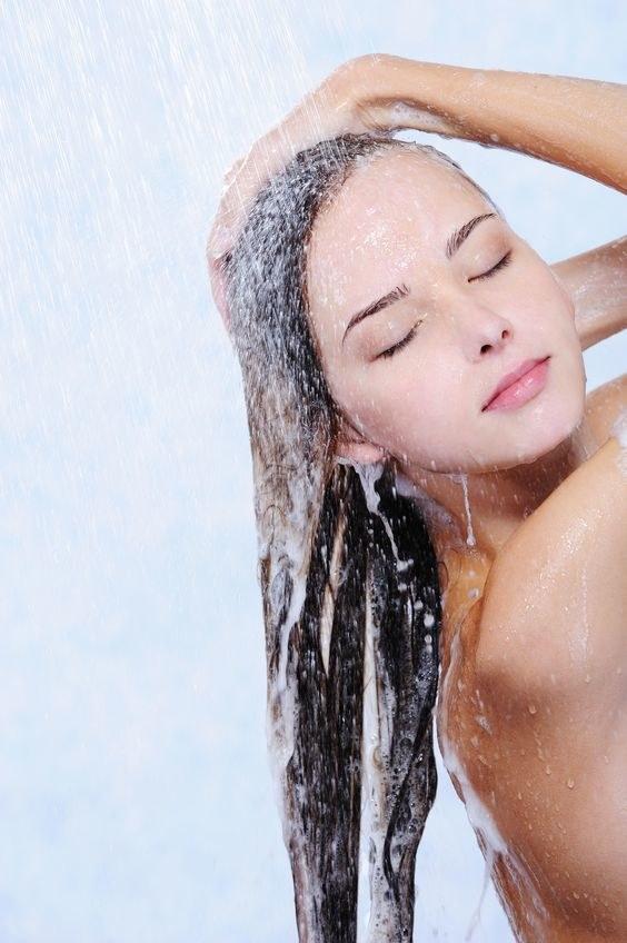 Myj włosy delikatnie, unikając drapania i podrażniania skóry /123RF/PICSEL