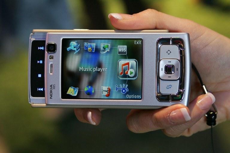 N95 - jeden z kultowych telefonów Nokii. Co stanie się z marką telefonów Nokia? /AFP