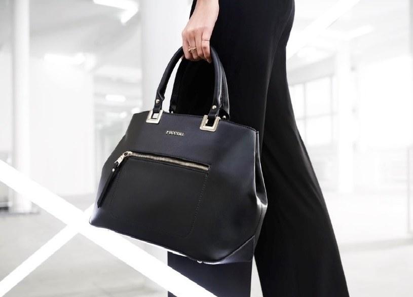 Na aktualności nie straciła klasyczna czarna torebka dużych gabarytów na krótkim pasku /materiały promocyjne