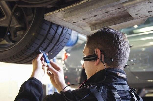 Na badaniu samochód jest poddawany dogłębnej kontroli /