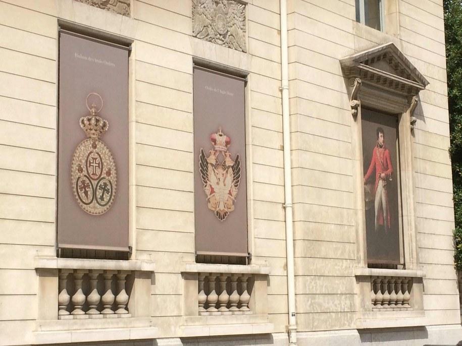 Na banerach reklamujących kolekcję Muzeum Legii Honorowej widnieje najstarsze i najwyższe polskie odznaczenie państwowe - Order Orła Białego - w rosyjskiej wersji /Marek Gładysz, RMF FM /RMF FM