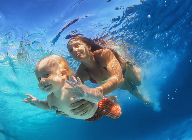 Na basen można zabrać nawet 2-miesięczne niemowlę /©123RF/PICSEL