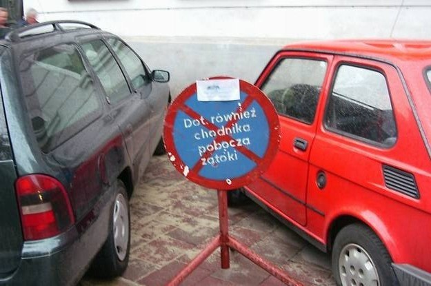 Na chodniku parkować nie wolno /INTERIA.PL
