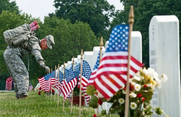 Na cmentarzu Arlington zabrakło dziś Obamy /AFP