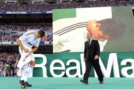Na Cristiano Ronaldo  Florentino Perez (z prawej) nie szczędził pieniędzy. /AFP
