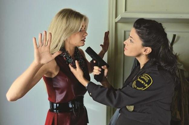Na czym strażniczka  Francesca Andreoni  (Anna Iberszer) przyłapała Monikę? /Mat. Prasowe