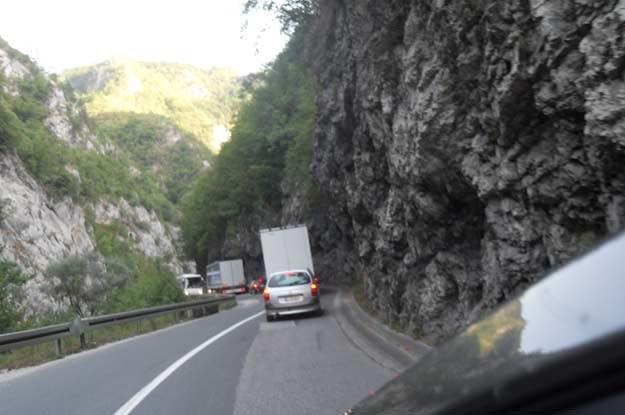 Na drogach Czarnogóry wyminięcie się autobusu i ciężarówki może być nie lada problemem... /