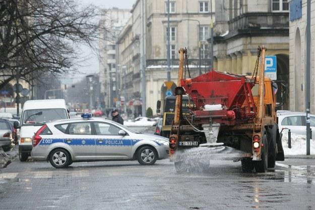 Na drogi trafia rocznie 200-300 tysięcy ton chlorku sodu /Fot. Tomasz Radzik /East News