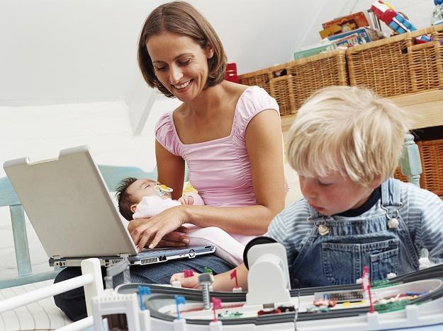 Na dwóch etatach: gorzej płatna praca i obowiązki domowe, z których trudno się zwolnić... /© Bauer
