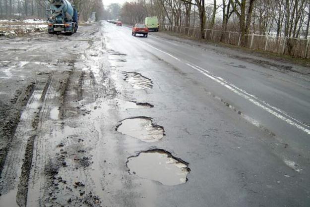 Na dziurach łatwo uszkodzić koło lub zawieszenie /INTERIA.PL