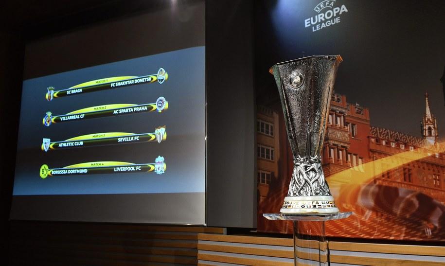 Na ekranie pary ćwierćfinałowe Ligi Europy, obok trofeum dla zwycięzcy rozgrywek. Losowanie odbyło się w Nyonie /CHRISTIAN BRUN /PAP/EPA