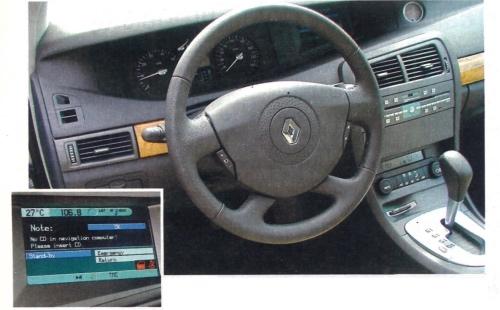 Na eleganckiej tablicy przyrządów centralne miejsce zajmuje duży wyświetlacz komputera pokładowego. /Motor