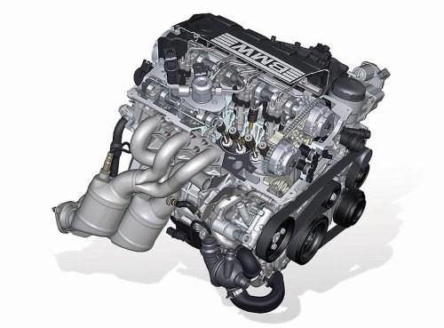 Na górze silnika widać pompę paliwa i przewody zasilające pionowo ustawione wtryskiwacze. /BMW