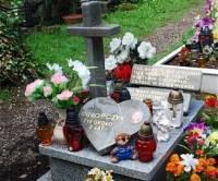"""Na granitowym sercu umieszczono napis: """"Chłopczyk. Żył około 2 lat"""" /  fot. Daria Guba /Gazeta Codzienna"""