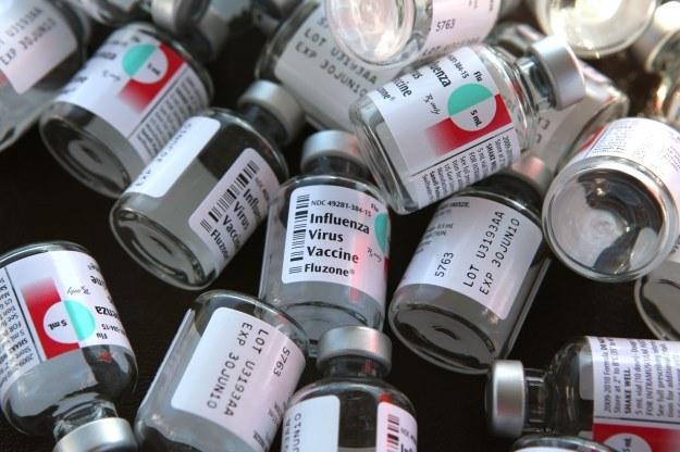 Na grypę trzeba szczepić się co roku. Niebawem może wystarczyć jeden zastrzyk na 5 lat /AFP
