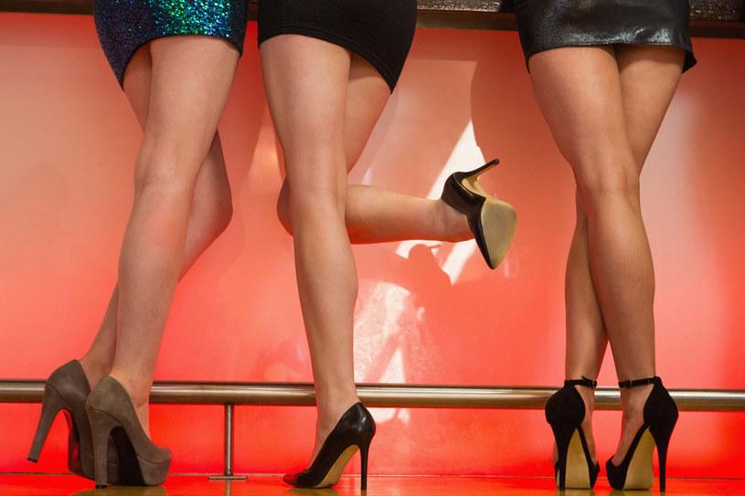 Na imprezie nie stój w miejscu. Jeśli nie możesz usiąść, przechadzaj się - unikniesz obrzęków wywołanych zastojami limfy /123RF/PICSEL