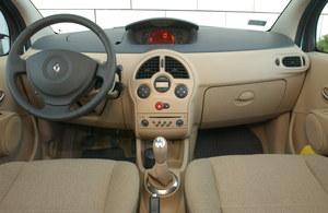Na jakość wykonania wnętrza nie można narzekać, zwłaszcza jeśli weźmie się pod uwagę dość niską cenę tego samochodu. Nad kierownicą znajduje się praktyczny zamykany schowek. /Motor