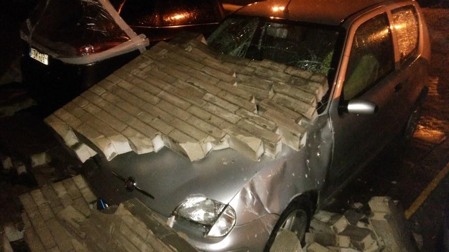Na jednym z osiedlowych parkingów na Targówku na samochody runął mur /Przemek Mzyk /RMF MAXXX