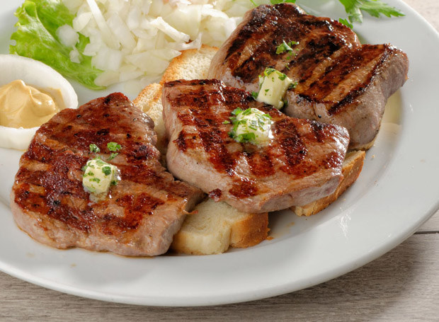 Na każdej porcji mięsa połóż kawałeczek masła /123RF/PICSEL