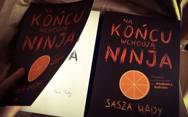 """""""Na końcu wchodzą ninja"""" - nowa powieść Saszy Hady czeka na szczęśliwych zwycięzców /materiały prasowe"""