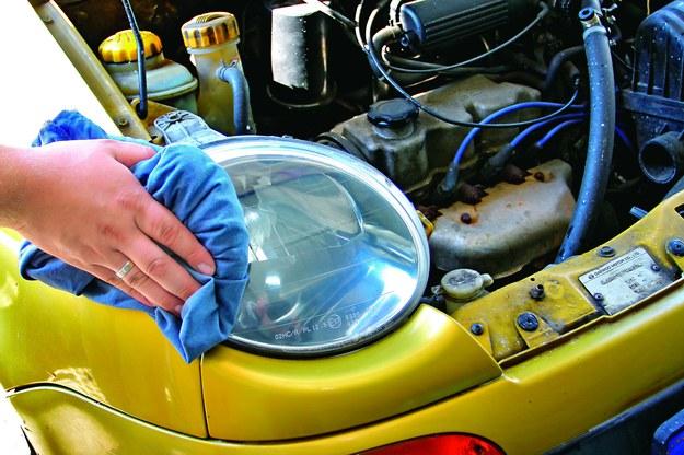 Na koniec trzeba dokładnie usunąć resztki pasty polerskiej. /Motor