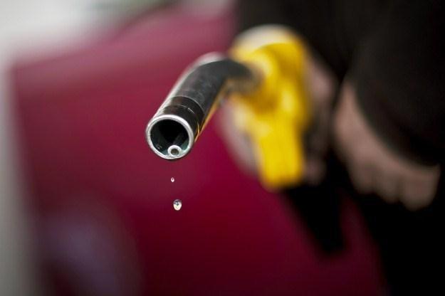 Na koniec wakacji paliwa tanieją /AFP