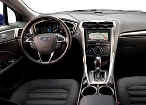 Na konsoli środkowej, pomiędzy fotelami, znalazło się miejsce na dwie puszki z napojem. Hamulec ręczny jest uruchamiany elektrycznie – przyciskiem. /Ford