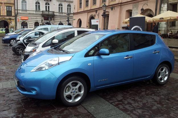 Na krakowskim Małym Rynku pojawiły się ekologiczne auta. Na pierwszym planie nissan leaf /INTERIA.PL