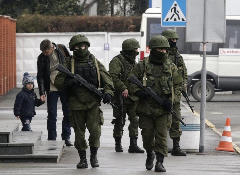 Na Krymie lądują rosyjskie samoloty transportowe, a do Symferopola zmierzają transportery opancerzone. /MAXIM SHIPENKOV    /PAP/EPA