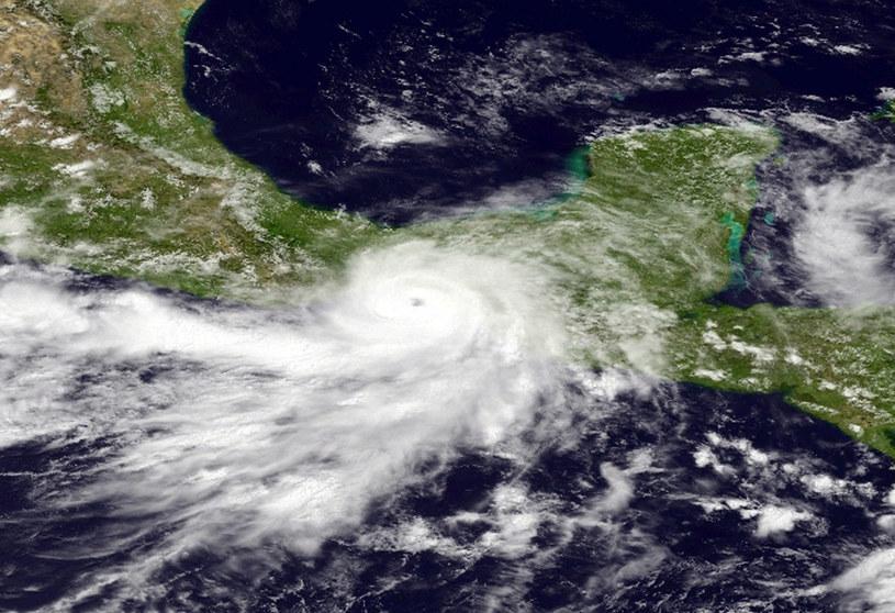 Na lądzie huragan osłabł do burzy tropikalnej. /AFP