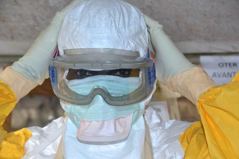 Na ludziach, w kilku krajach, testowane są obecnie dwie szczepionki /AFP