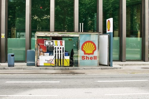 Na małych, ulicznych stacjach paliw (na zdjęciu – w Barcelonie) wygodnie tankuje się, gdy wlew jest od strony chodnika. /Shutterstock