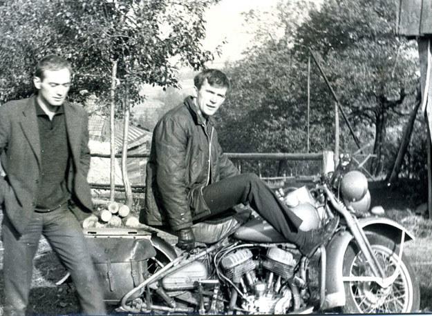 Na motocyklu Aleksander Cianciara, znacząca postać w warszawskim ruchu harleyowskim z przełomu lat 50 i 60. (archiwum Wojciecha Echilczuka) /INTERIA.PL