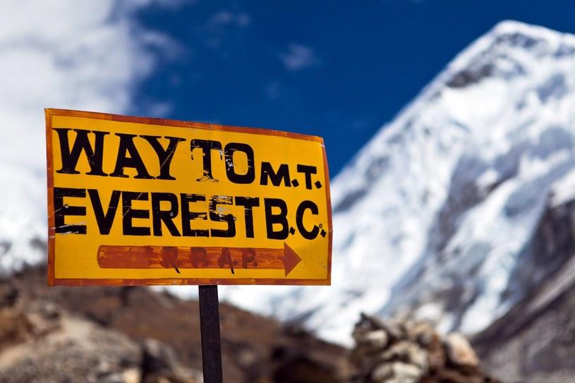 Na najwyższy szczyt świata nie można się wspinać bez zezwolenia /©123RF/PICSEL
