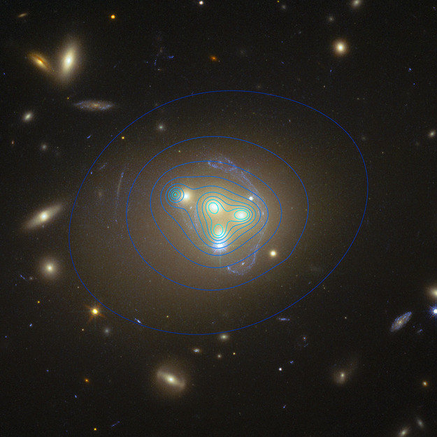 """Na niebiesko zaznaczono kontury obszarów ciemnej materii, po lewej widać obszar przesuniety względem """"swej"""" galaktyki. Źródło: ESO/R. Massey /RMF24"""