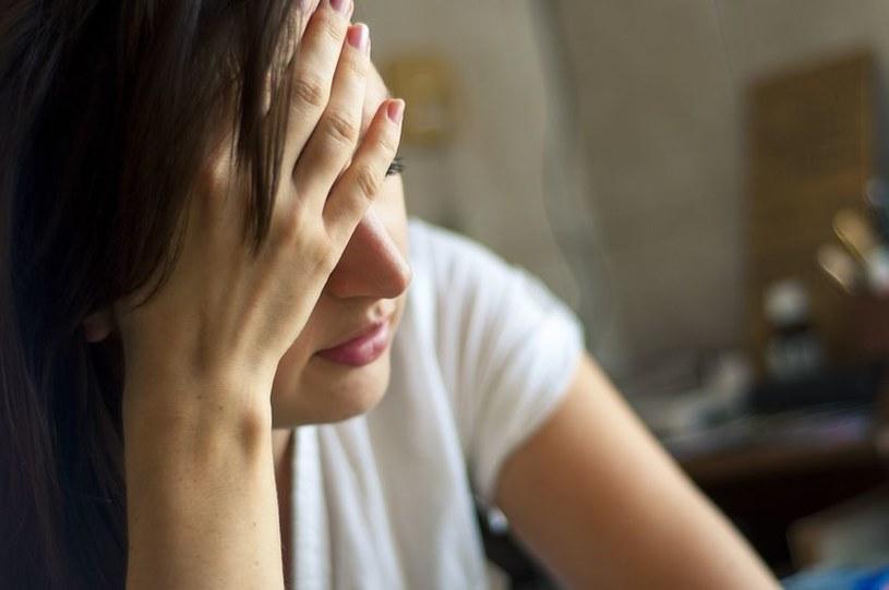 Na niedobór magnezu mogą wskazywać problemy z zasypianiem i z pamięcią oraz brak koncentracji /©123RF/PICSEL