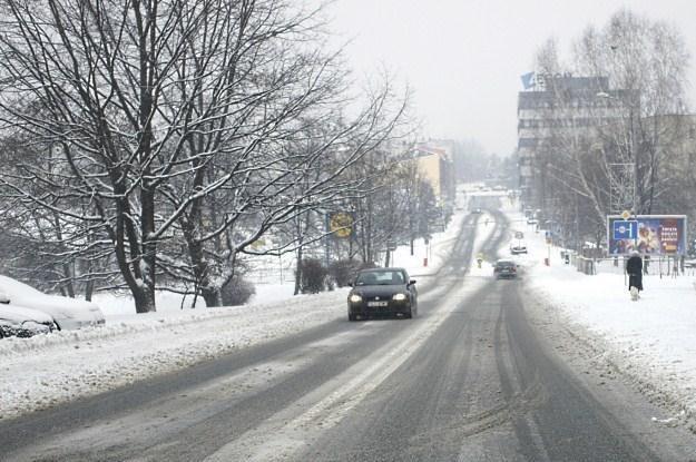 Na  niektórych drogach panują trudne warunki /PAP