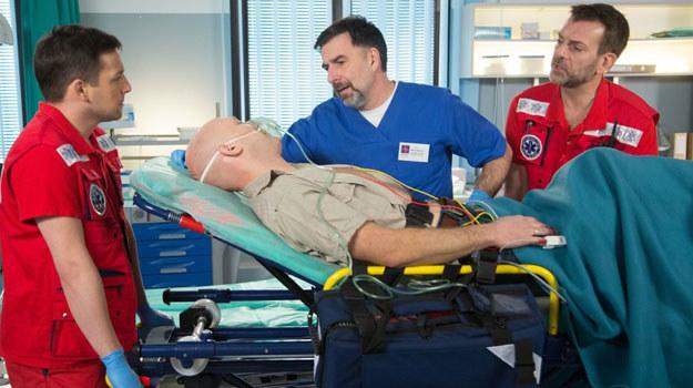 Na oddziale ratunkowym w Leśnej Górze ekipa Wiktora będzie spotykać doktora Sambora (Radosław Krzyżowski) /Agencja W. Impact