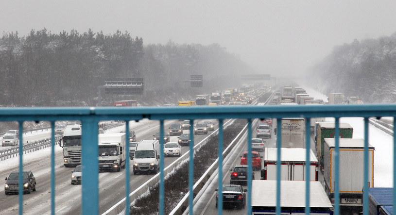 Na ośnieżonej drodze zderzyło się około 100 samochodów /DANIEL ROLAND /AFP