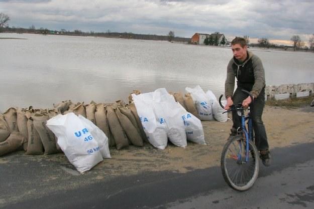 Na ostatniej powodzi ucierpiały też kluby sportowe. Lech niesie pomoc. /AFP