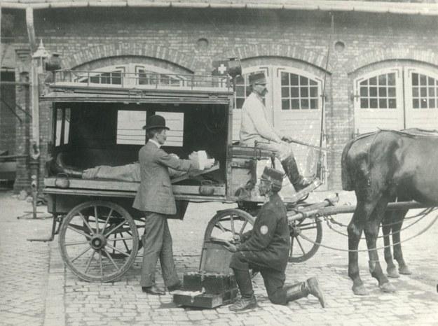 Na pierwsze wyposażenie pogotowia składało się pięć par noszy oraz ambulans zaprzężony w dwa konie /Krakowskie Pogotowie Ratunkowe /Wikimedia
