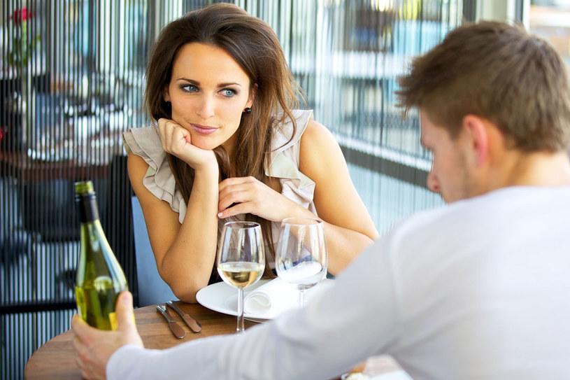 Na pierwszej randce powinnaś słuchać i uwielbiać... Zdaniem seksuologa, więcej nie trzeba /©123RF/PICSEL