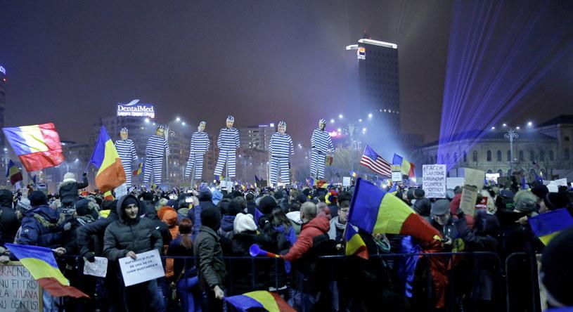 Na Placu Zwycięstwa przed siedzibą rządu pojawił się kukły polityków w strojach więziennych /PAP/EPA