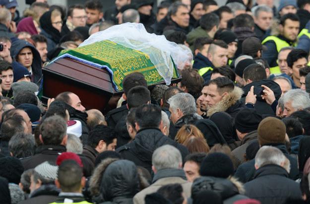 Na pogrzebie Tugce Albayrak pojawiło się ponad 1000 osób fot. Boris Roessler /AFP
