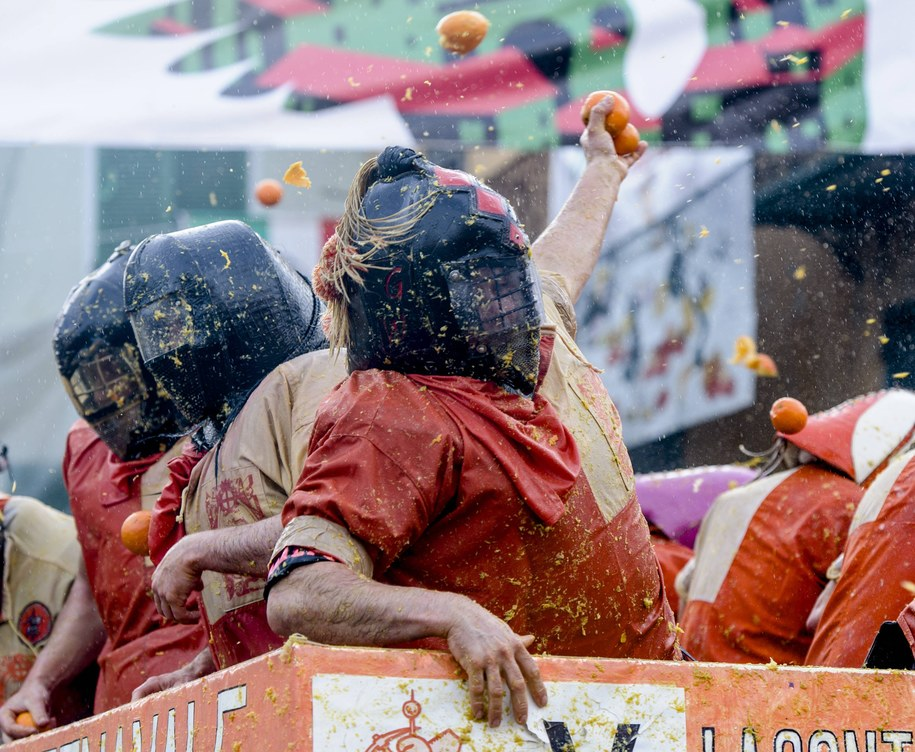 Na pojedynek na cytrusy przybywają do włoskiego miasta dziesiątki tysięcy turystów /Pacific Press /PAP/EPA
