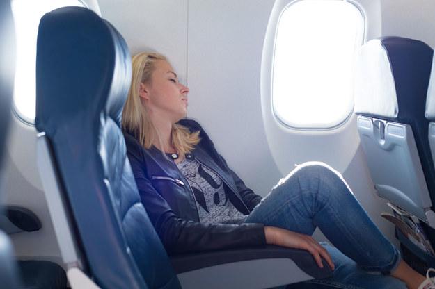 Na pokład warto zabrać gadżety, które choć trochę pozwolą zwiększyć komfort podróży /123/RF PICSEL